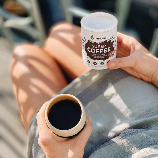 Žena užíva si kávu na terase